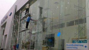 Vệ sinh kính cửa hàng For Thanh Hóa