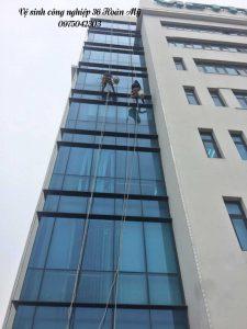 Vệ sinh kính mặt ngoài tòa nhà cao tầng Viettel Thanh Hóa